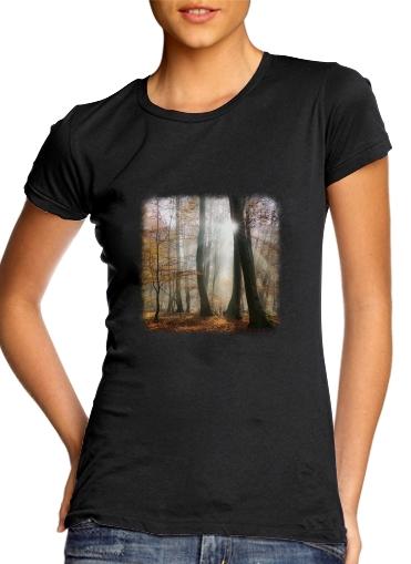 Sonnenstrahlen im mystischen nebeligen Wald für Damen T-Shirt