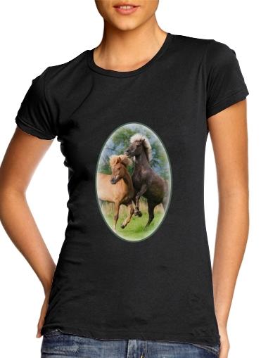 Zwei Isländer Pferde spielen, steigen und toben auf einer Wiese für Damen T-Shirt